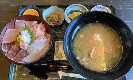【画像】この激うま海鮮丼定食(カニ汁付き)のお値段wwwwwww